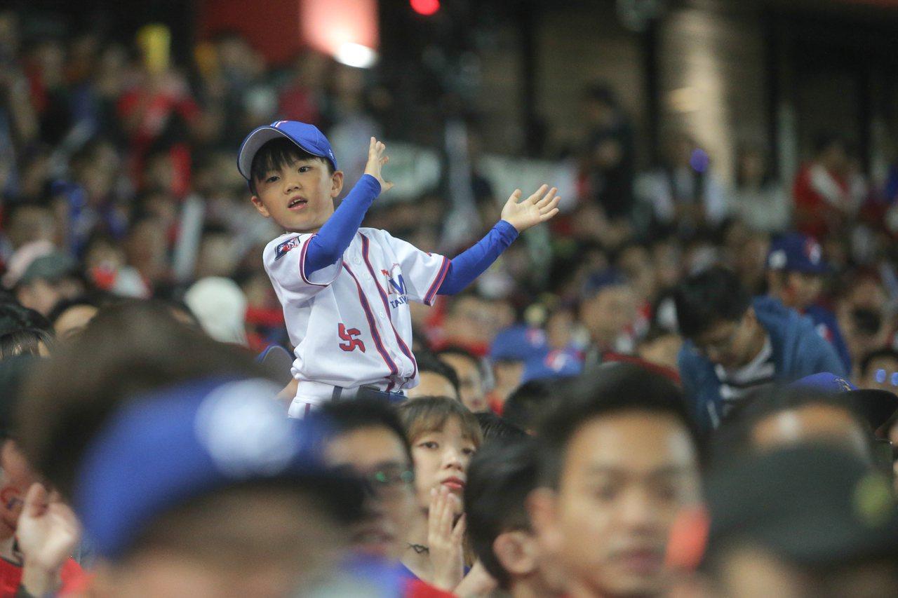 十二強中華對日本之戰,小球迷為球員加油打氣。記者黃仲裕/攝影