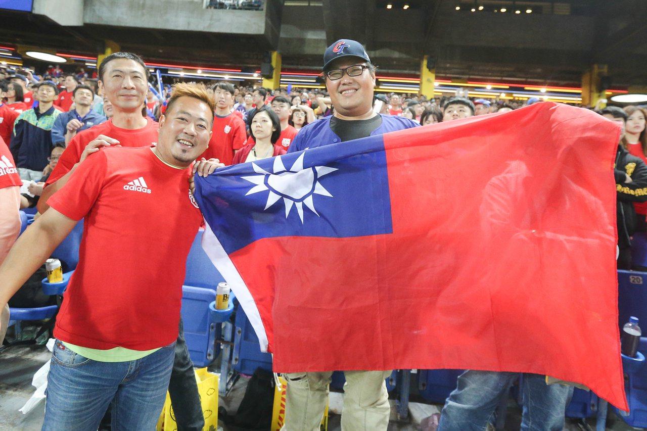 十二強中華對日本之戰,吸引許多球迷到場為球員加油打氣。記者黃仲裕/攝影