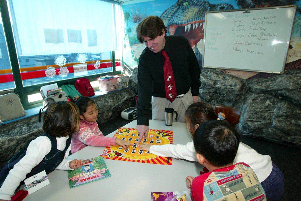 面對全球化與國際化浪潮,不少亞洲國家從小開始實施英語教育,盼提升自身競爭力。圖為...