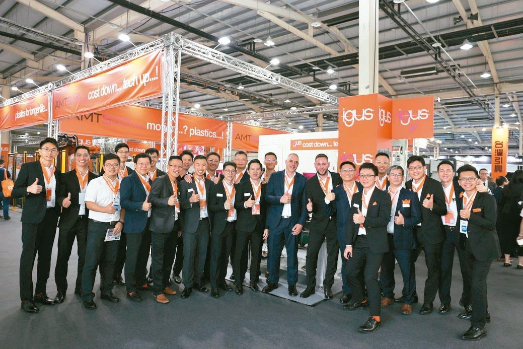 台灣易格斯公司總經理林廣耀(右七)與igus國內外夥伴合影。 黃奇鐘/攝影