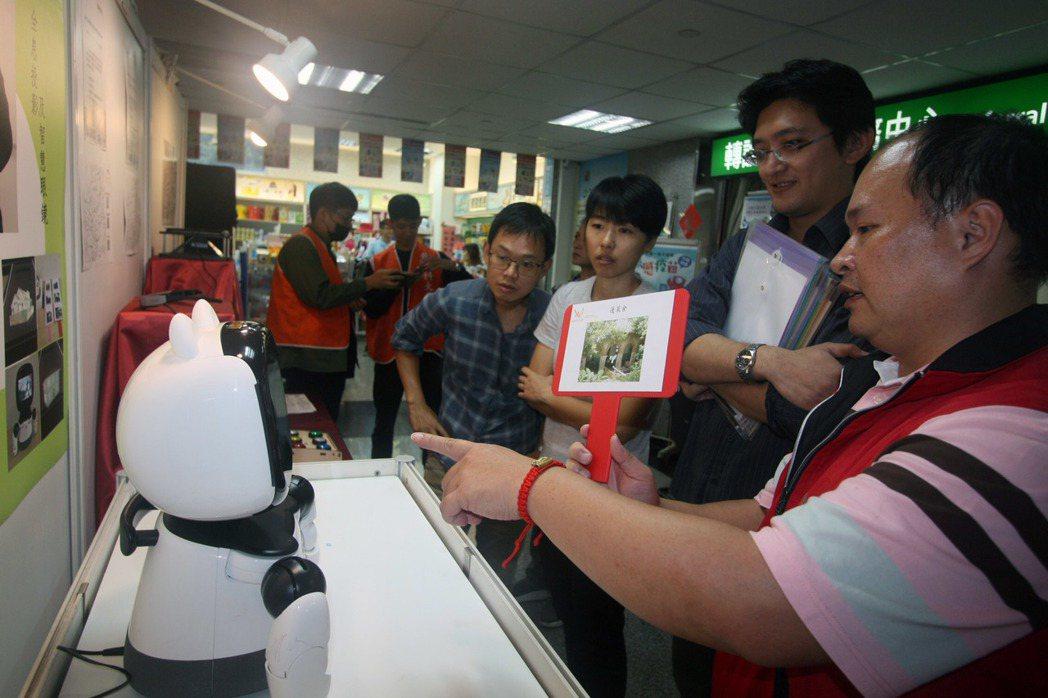 龍華團隊利用凱比機器人進行樂生園區導覽,民眾互動體驗興味盎然。龍華科大/提供