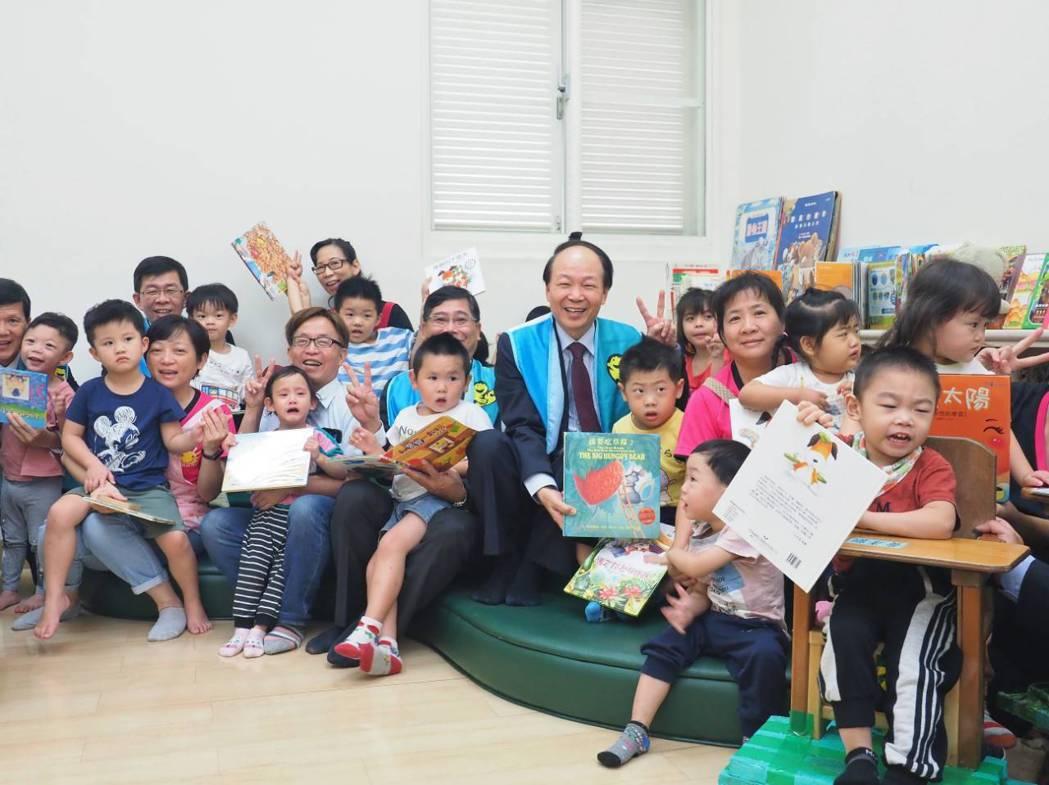 富邦產險陳伯燿董事長(中)與嘉義市晨光智能發展中心孩童共享讀書樂。業者/提供