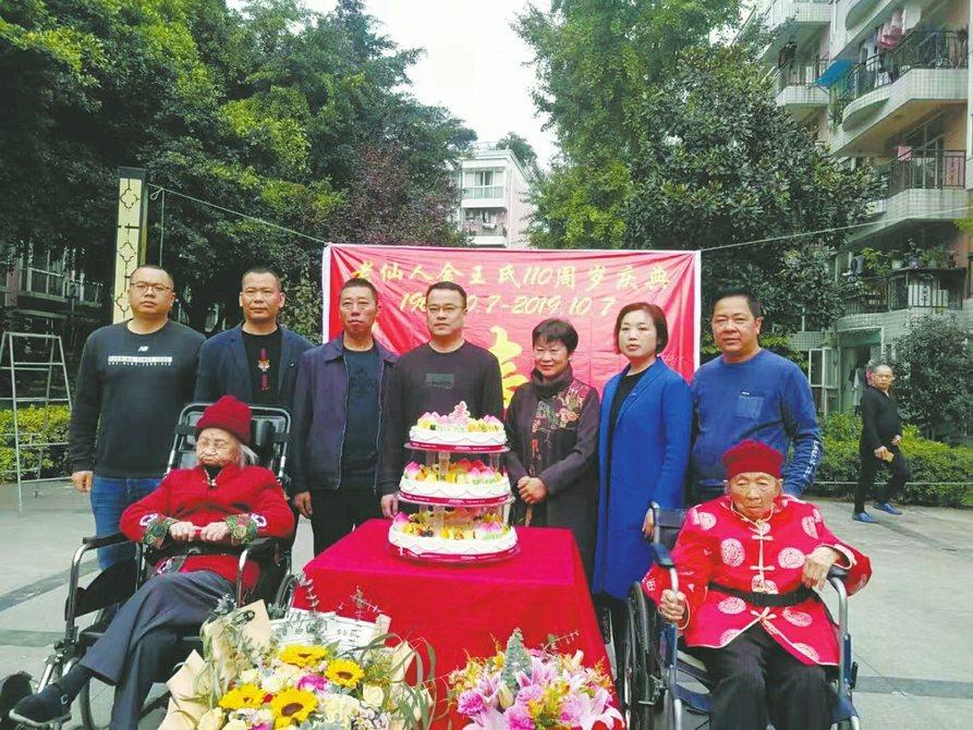 101歲的妹妹到場給110歲的姊姊祝壽,兩人年過百歲,仍能彼此陪伴,引起眾人羨慕...