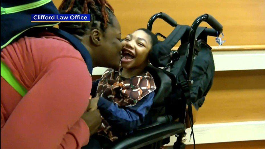 伊利諾州陪審團裁定,芝加哥地區一家醫院必須賠償一名嚴重腦損傷5歲男孩的母親史諾1億100萬元。圖為史諾親吻兒子薩利斯。 CBS芝加哥地方電視台截圖