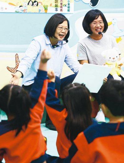 蔡英文總統(左)上午在立委蘇巧慧(右)陪同下,前往樹林訪視幼兒園。 記者杜建重/攝影