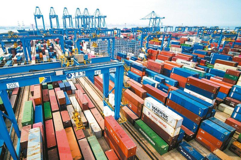 美國9月進口關稅收入創70億美元新高,其中超過50億美元是來自中國大陸進口商品。圖為中國山東省的青島港。 美聯社