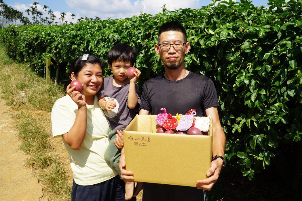 林虹君(左)與陳鉦翔(右)除了百香果,還做菜瓜布來推廣環保觀念。 大葉大學/提供...