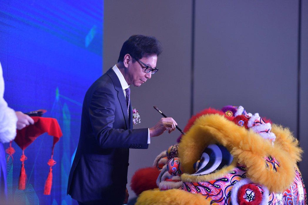 富邦集團董事長蔡明忠為開業儀式中表演的祥獅點睛。業者/提供