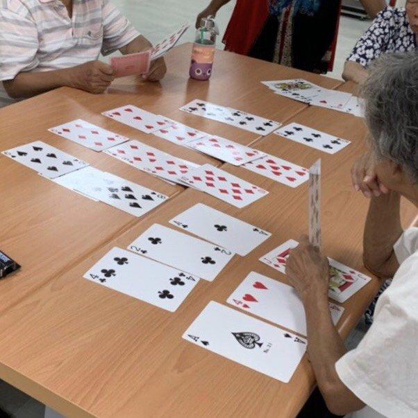 張自強指出撲克牌多種玩法,可以促進長者不同能力。 圖/張自強提供