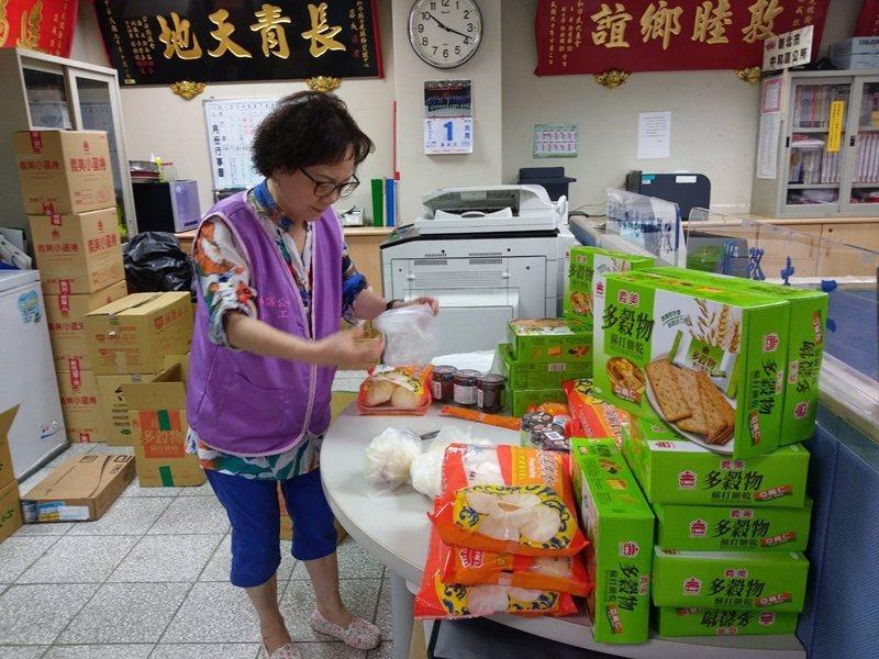 張麗英正在分裝獨居老人假日代餐。 圖/新北社會局提供