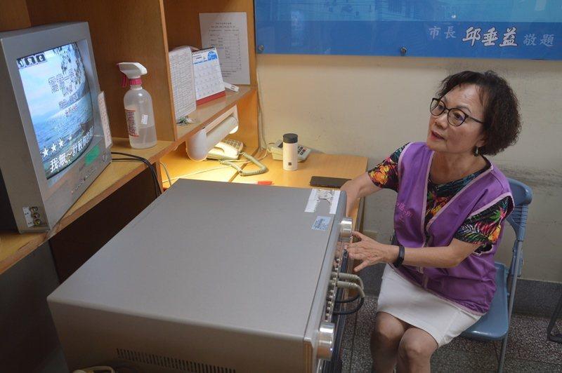 退休後擔任志工13年,張麗英樂在其中,圖中她正在為老人們播放卡拉OK。 圖/施鴻...