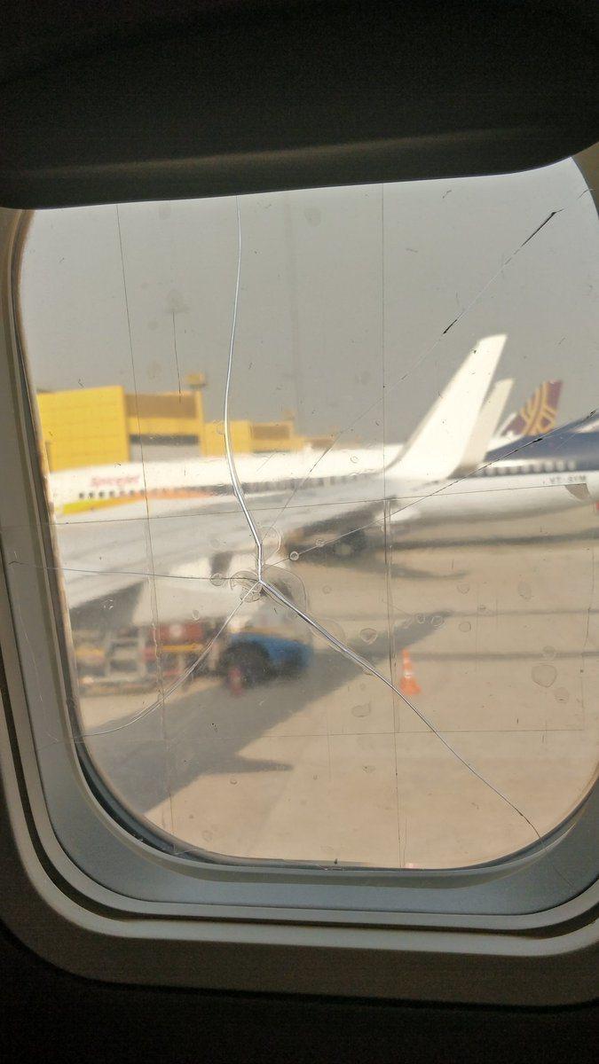 有印度乘客在網上貼出班機窗戶裂開的照片,而上面還有膠帶黏貼的痕跡。圖擷自twit...