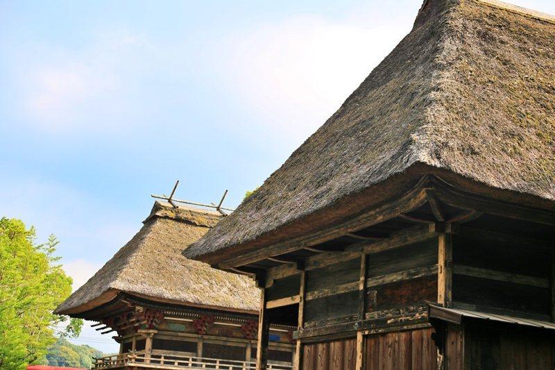 與一般神社不同,青井阿蘇神社的建築用的是類似合掌造民宅形式,鋪上厚厚稻草作為屋頂...