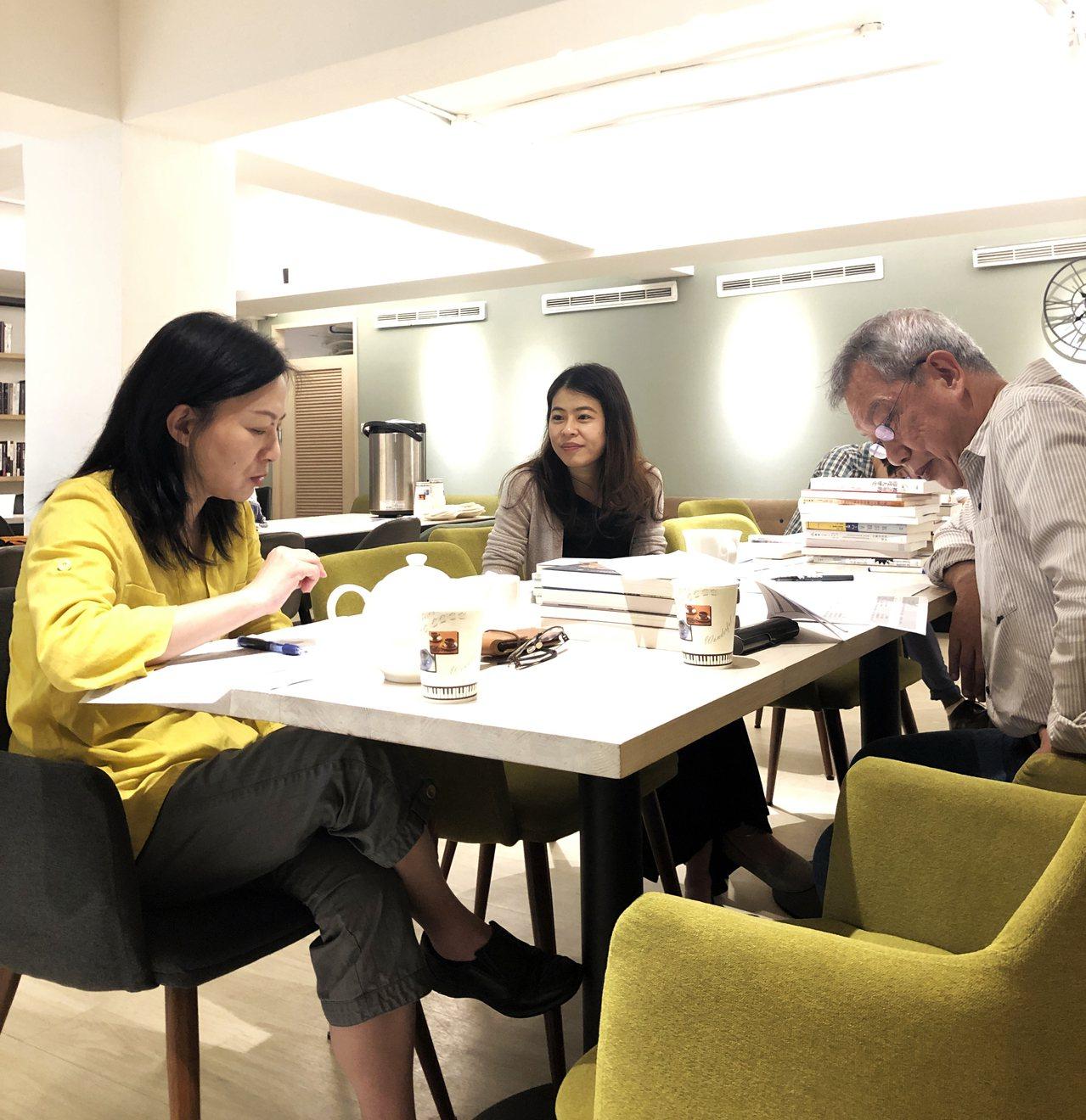 評審過程(左起)戴麗娟女士、潘怡帆女士、吳錫德先生。(圖/台灣法語譯者協會 提供...