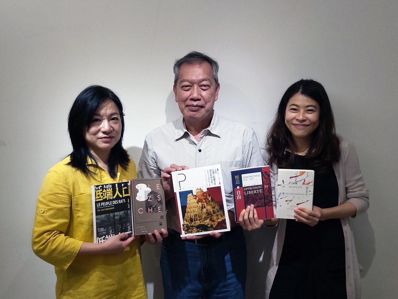 三位評審與入圍譯作合影(左起)戴麗娟女士、吳錫德先生、潘怡帆女士。(圖/台灣法語...