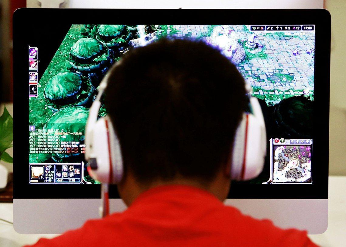 中國政府為了打擊兒童青少年「網路遊戲成癮」問題,6日祭出了「未成年的網遊宵禁」。...