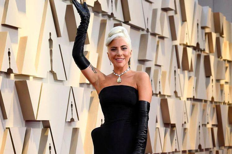 歌手女神卡卡(Lady Gaga)近期展開巡演,但今(7日)卻傳出生病,臨時取消演唱會行程。女神卡卡今天突然在社群發文,照片中只見她摀住臉嘴巴含著呼吸器,右手還吊著點滴,看上去神情相當痛苦。發文中她...