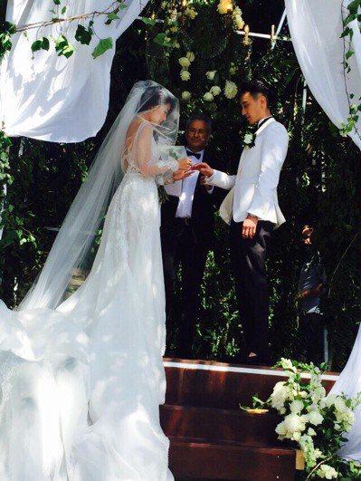 圖為蔡詩芸(左)與王陽明交換婚戒完婚情形。圖/百鴻揚娛樂提供