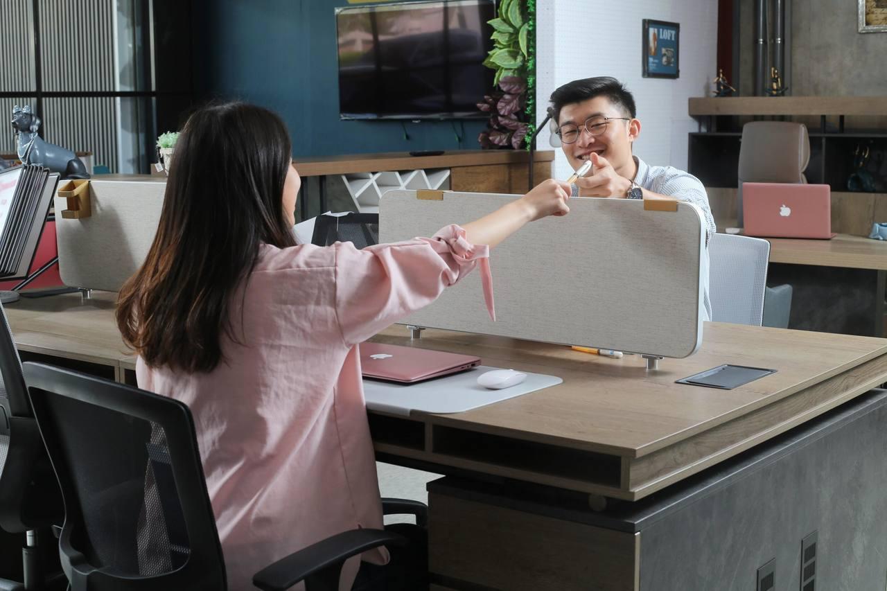 優力格家具引進多款風格的系統工作站,讓辦公室更加賞心悅目,並且擴增、搬遷便利。 ...