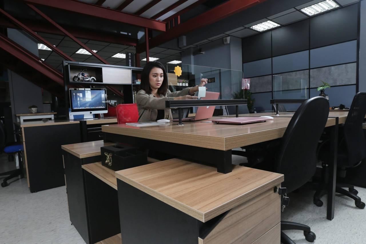 華為玻璃屏風系統工作站的穿透式設計讓辦公環境增添開放感,也方便同事溝通。 記者許...