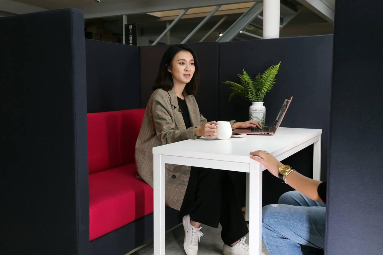 結合小型沙發區的包廂,可讓沒有太多隔間的辦公室布置有隱密性又不會太過封閉的會議空...