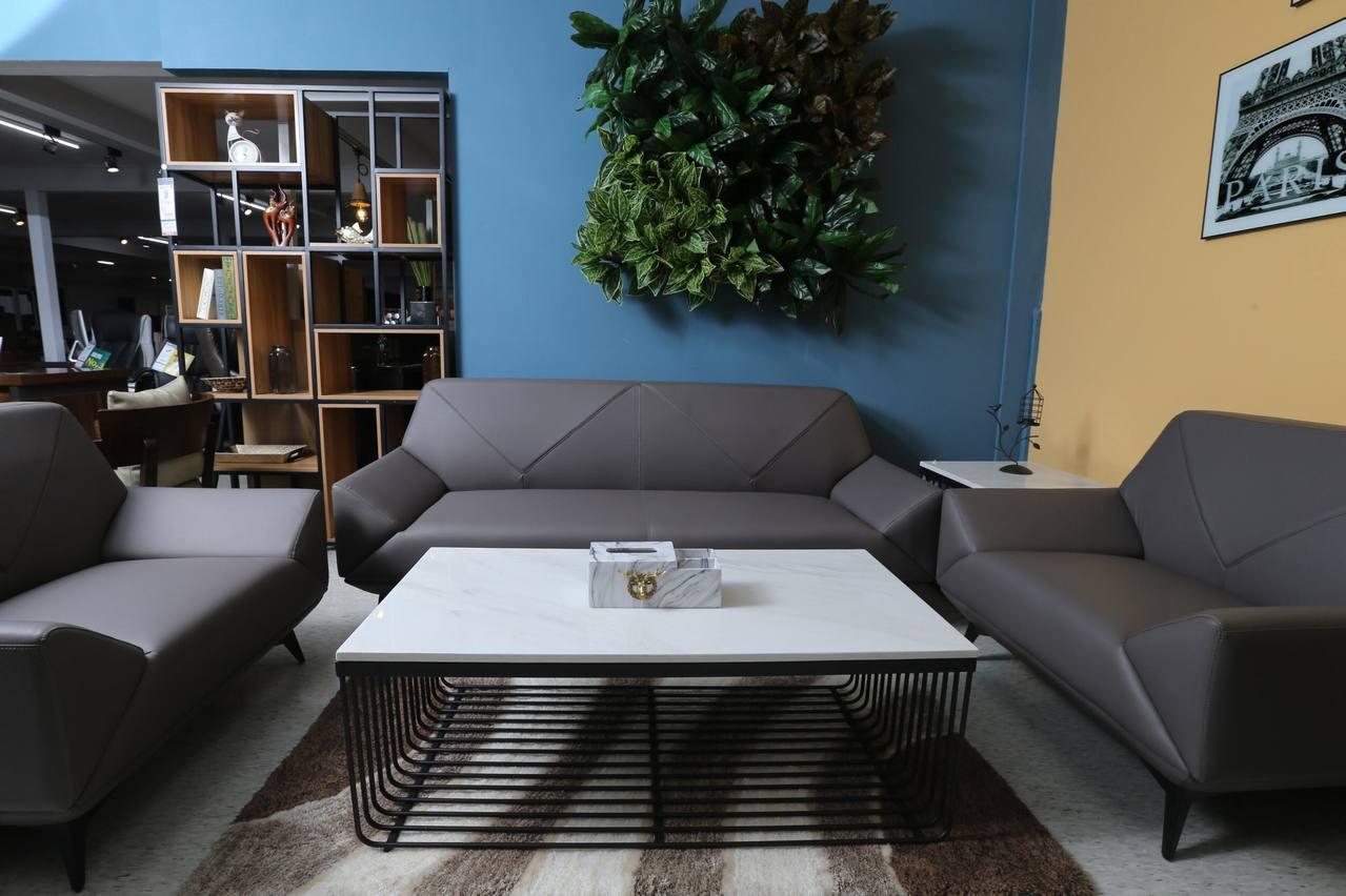 辦公空間常用的優力格家具中小型沙發、茶几,也適用於都會型家庭。 記者許正宏/攝影