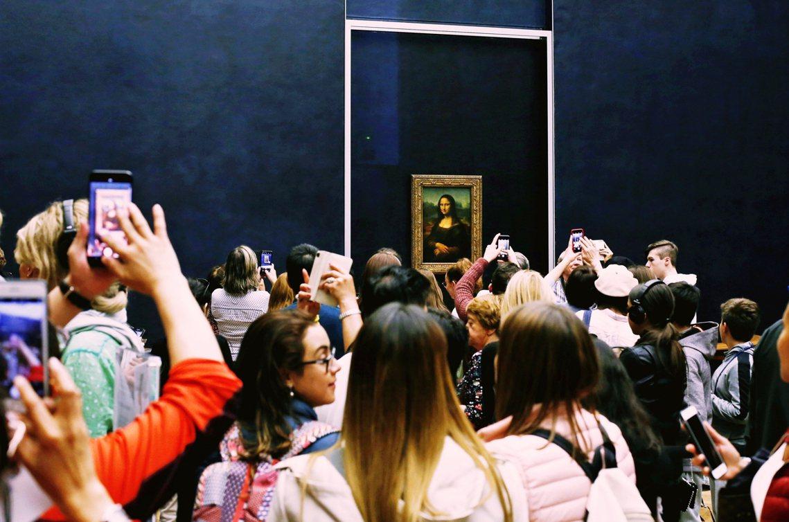 《蒙娜麗莎》長僅77公分、寬53公分的,隔著人海與機海遙相望,就藝術欣賞、教育的...