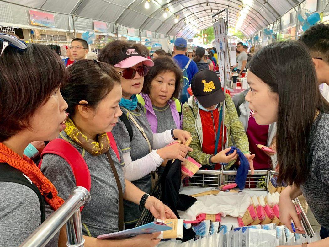 MIT展售會湧入民眾採買臺灣製產品。 紡拓會/提供