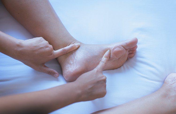 發生腳腫的現象並不一定是腎臟的問題,可能是由於腳部長時間缺乏運動、站立過久、體液...