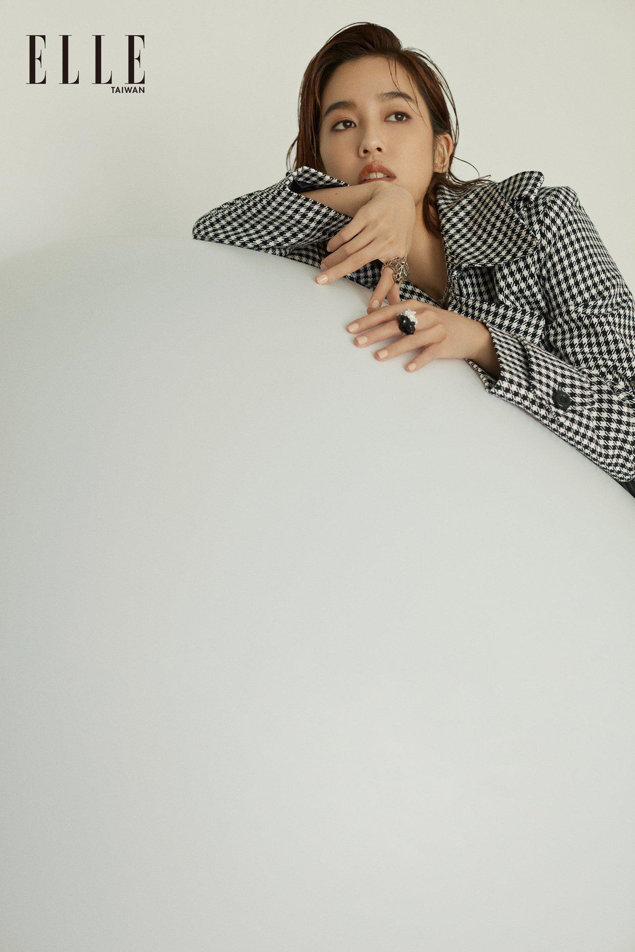 千鳥紋拼接黑色皮洋裝、黑色鉚釘中筒靴(BOTH BY MICHAEL KORS ...