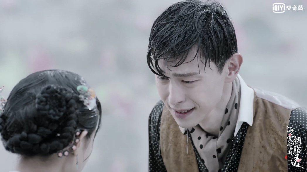 鄧倫淋雨成落湯雞。圖/愛奇藝台灣站提供