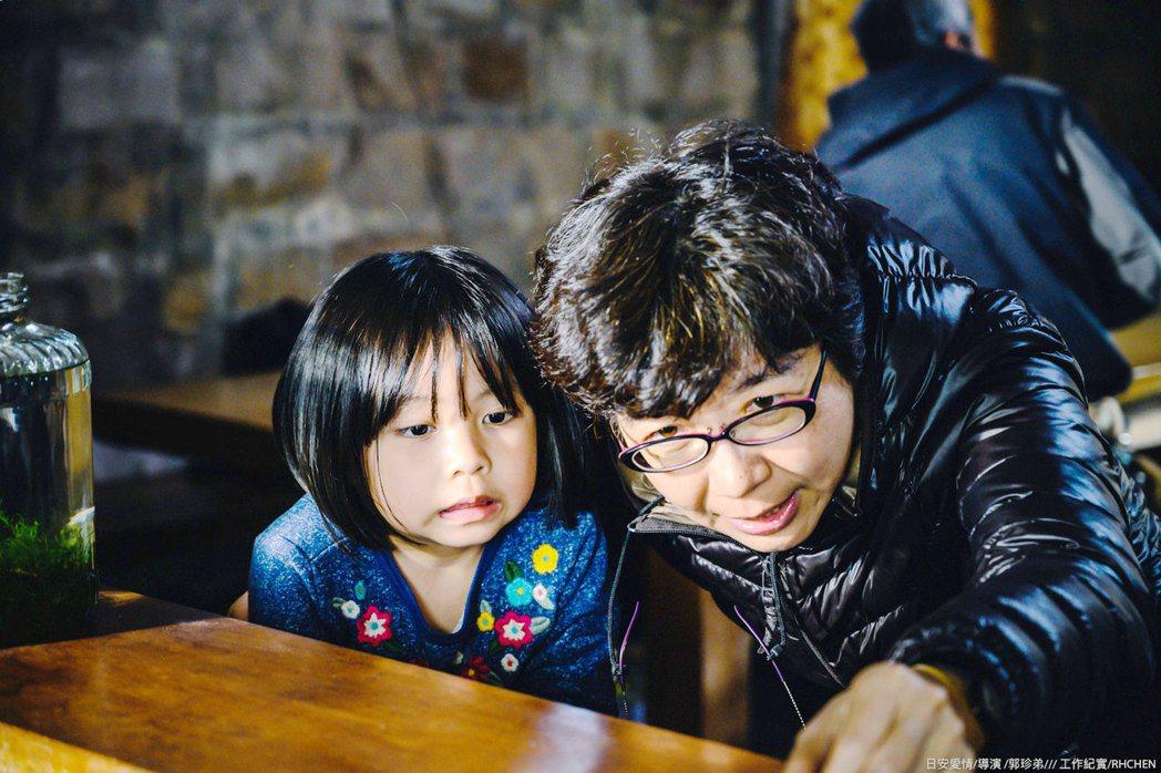 「期末考」導演郭珍弟指導小童星演出。圖/海鵬提供