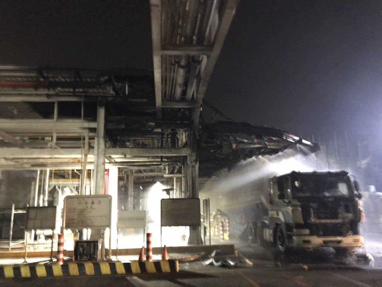 高雄林園工業區內的石化一路上某公司今凌晨傳火警,1輛化學槽車在灌裝易燃氣體時起火...