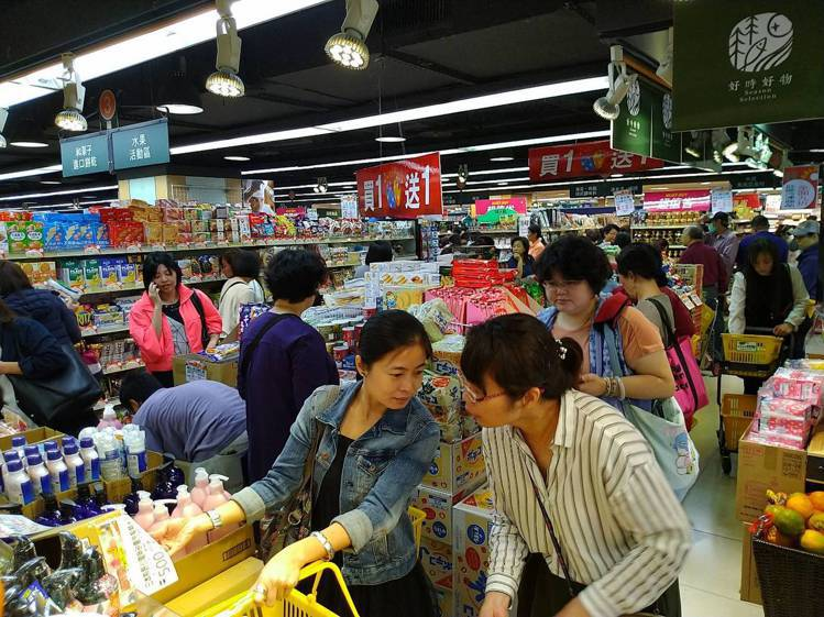 遠東SOGO台北店周年慶開打,超市買1送1區的人潮踴躍。記者黃仕揚/攝影