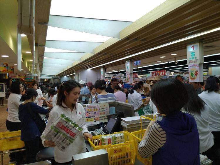 遠東SOGO台北店周年慶開打,一大早超市就湧入購物人潮。記者黃仕揚/攝影
