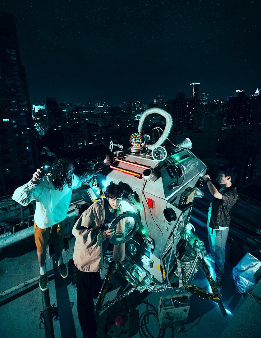 宇宙人在顶楼帅气开拍演唱会海报。 图/相信提供