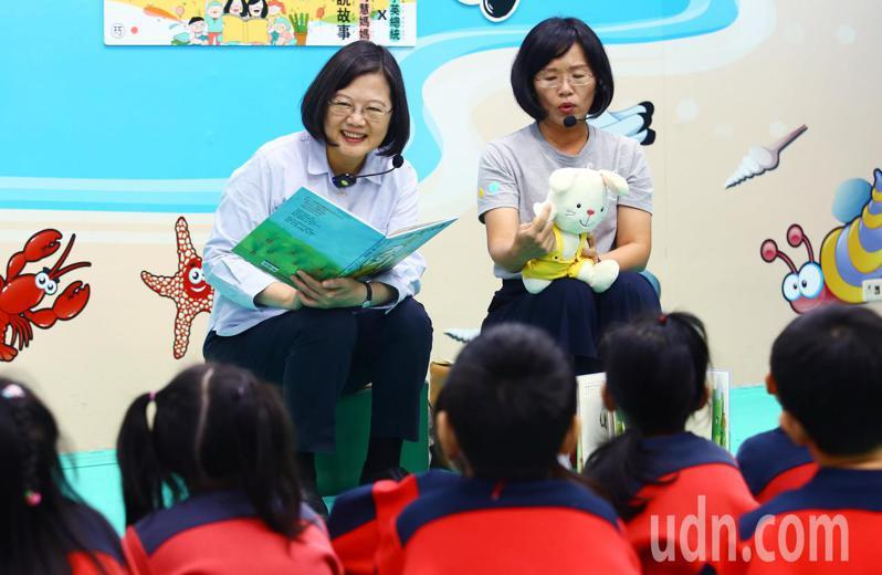 蔡英文總統(左)上午在立委蘇巧慧(右)陪同下當起「蔡老師」,說故事給小朋友聽。記者杜建重/攝影