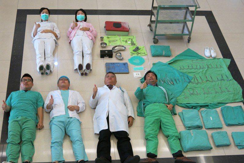 11月12日醫師節,衛福部豐原醫院傷口外科醫師,在醫師節前夕以開箱文的方式,呈列開刀房裡的手術刀,還有手術器械,讓民眾一飽眼福。圖/豐原醫院提供