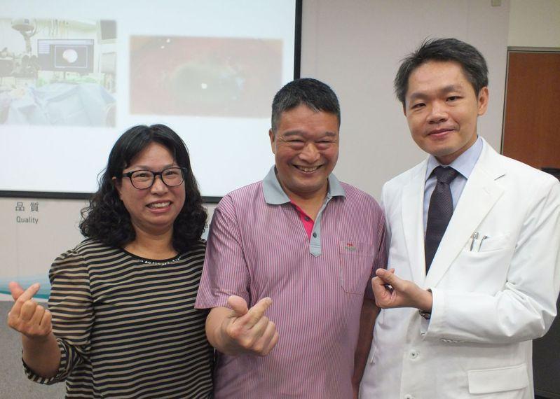胡先生(中)今天在妻子(左)陪同下現身說法,感謝醫師張嘉仁(右)醫治、家人的支持與照顧,讓他重見光明,生活可以自理。記者趙容萱/攝影