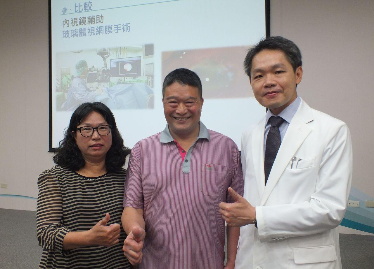 胡先生(中)今天在妻子(左)陪同下現身說法,感謝醫師張嘉仁(右)醫治、家人的支持...