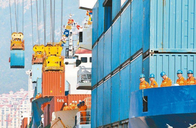 環球投資管理機構摩根資產預測,未來10至15年大陸GDP的平均增長率將為4.4%。圖為山東省煙台港貨櫃碼頭。照片/路透
