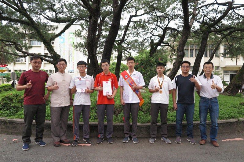 花蓮高工學生黃丞廷(左3)、黃閔杰(左4),與蔡宇宸(右4),參加全國技能競賽分獲金牌與銅牌,校長黃鴻穎(左2)嘉勉。 圖/花蓮高工提供