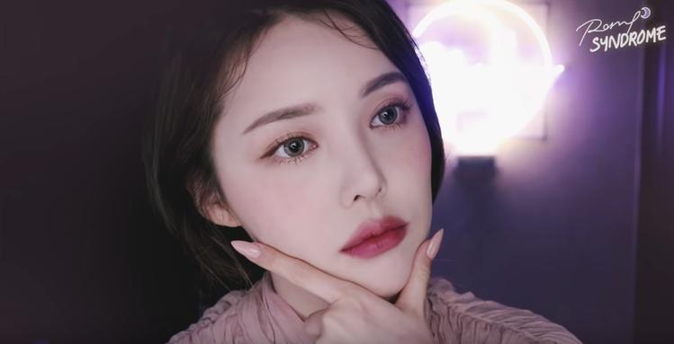 韓國當紅彩妝大神PONY,也是Stimmung的愛用者。圖/翻攝自YouTube