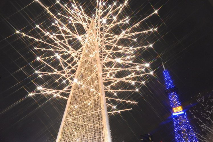 每年冬天點燈的札幌白色燈樹節,在白雪紛飛的天空下與絢爛的彩燈交叉點亮夜空,美不勝...