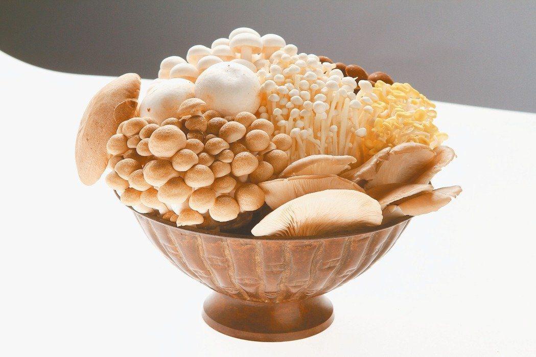 營養師說,不同菇類營養差異其實不大,甚至昂貴的舶來菇只是物以稀為貴,營養價值跟一...