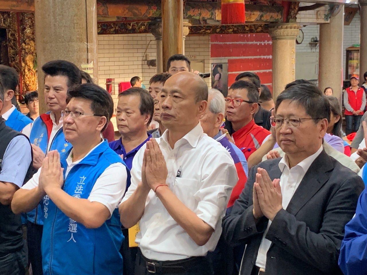 韓國瑜今天下午到新竹縣峨眉鄉隆盛宮參拜。記者陳斯穎/攝影