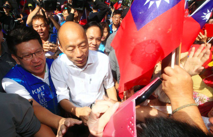 國民黨總統參選人韓國瑜(左二)陷入豪宅風暴,朱立倫揶揄他多了一個被笑的理由。記者...