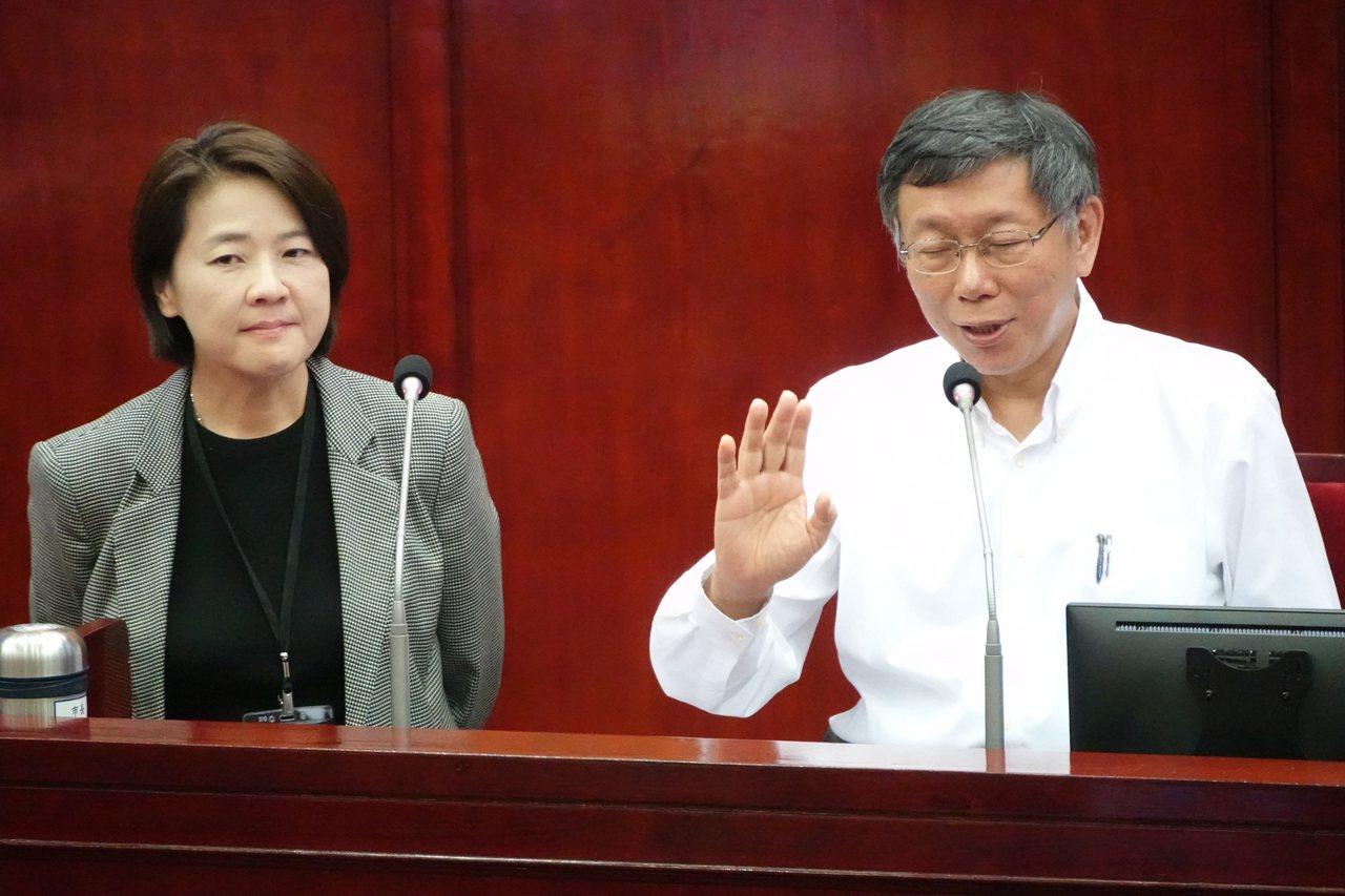 台北市長柯文哲今天中午在市府徵詢民眾黨立委不分區人選,被藍營議員抨擊「公器黨用」...