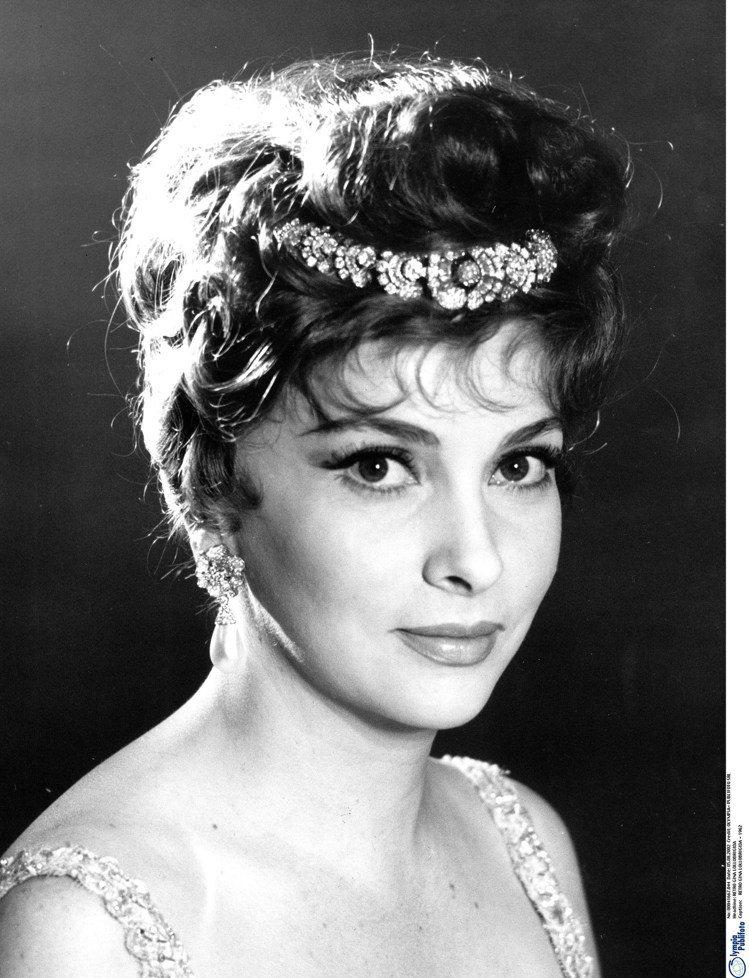 珍娜勞洛布麗吉達於1964年電影《女人局Woman of straw》中配戴He...