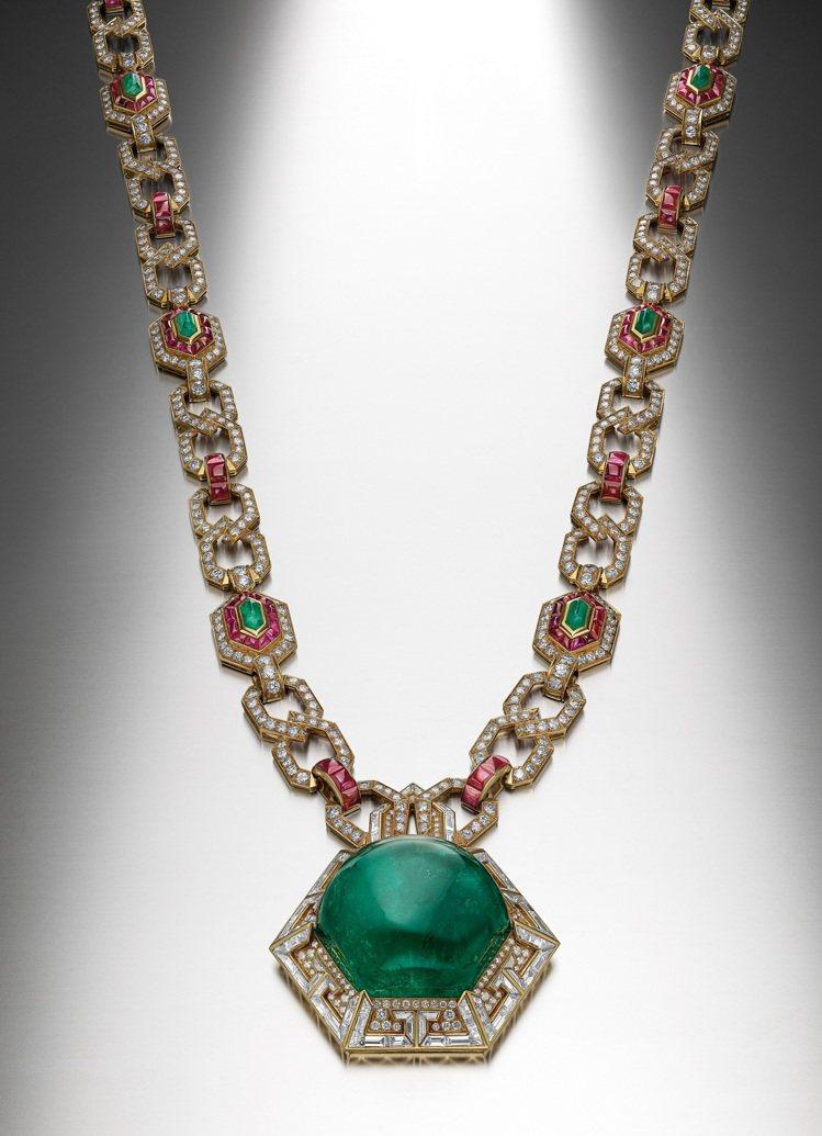 Heritage典藏系列祖母綠與紅寶石黃K金長鍊,創作時間約為1970年。圖/寶...